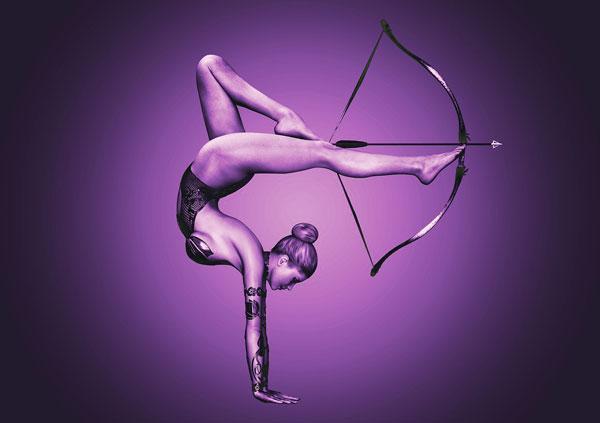 Femme tirant à l'arc avec ses jambes