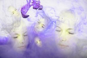 Visages violets dans une fumée violette évoquant le rêve